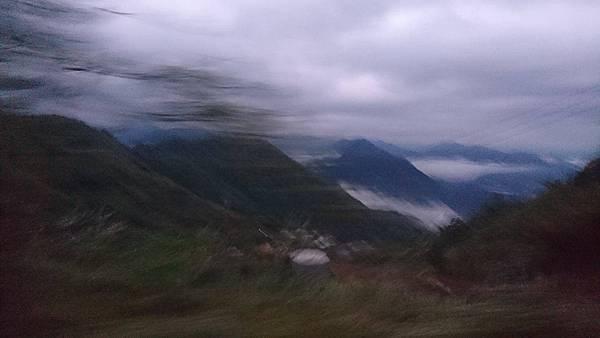 拍糊的山景.jpg