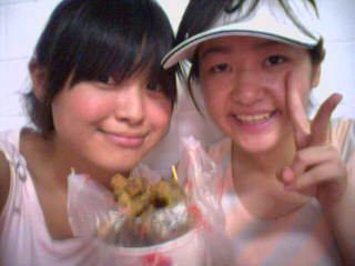 桃園復興鄉的香菇街...我跟師姐兒 拿著紀念香菇