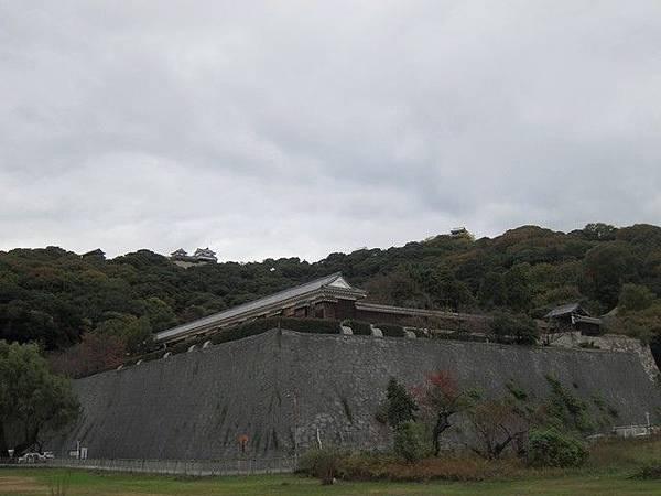 IMG_041城山公園可以眺望二之丸庭園和松山城.jpg