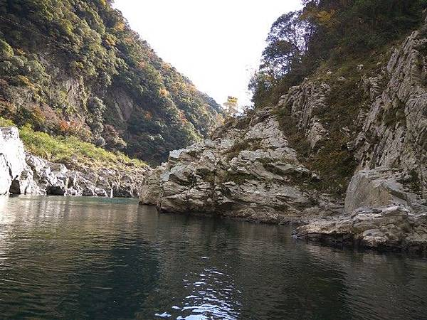 IMG_048峽谷兩岸盡是陡峭的奇岩.jpg
