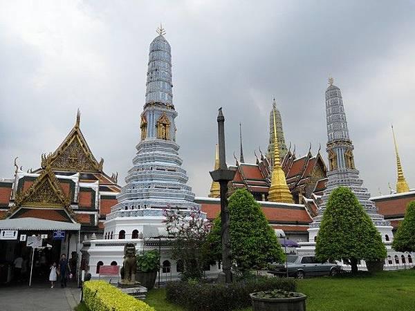 IMG_017高棉風格的佛塔(Phra Asadha Maha Chedi).jpg