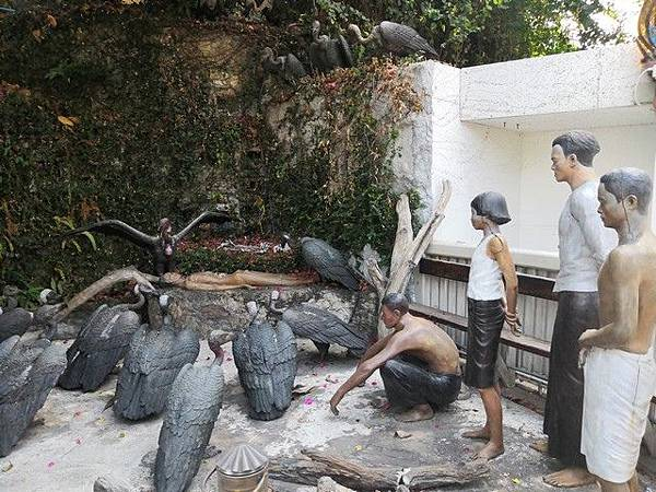 IMG_024天葬-禿鷹吃屍體的雕像.jpg