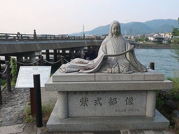 IMG_003《源氏物語》作者紫式部石像.jpg