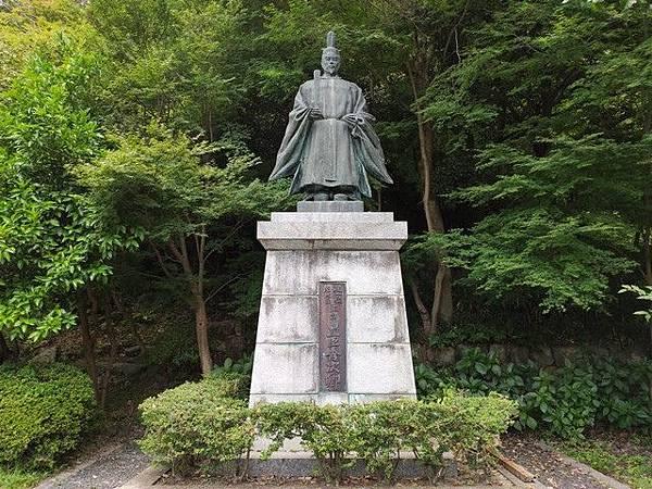 IMG_040八幡公園的豐臣秀次像.jpg