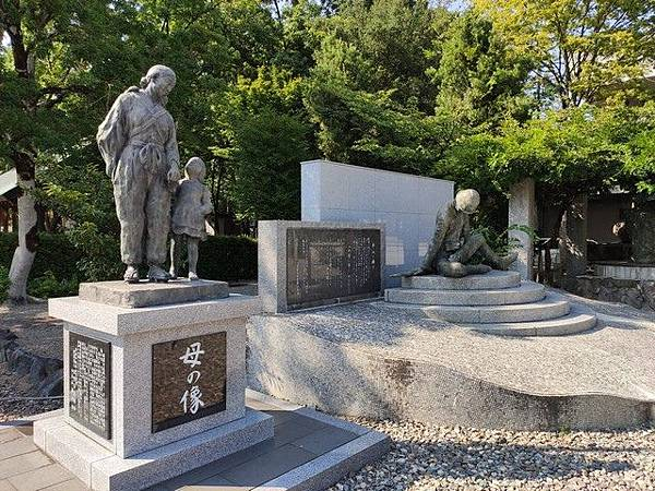 IMG_006母の像、父の像.jpg