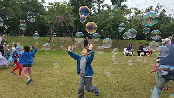 高雄小城聖誕派對魔術表演泡泡表演小丑氣球表演巧虎人偶小小兵人偶迎賓 (1).jpg
