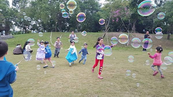 高雄小城聖誕派對魔術表演泡泡表演小丑氣球表演巧虎人偶小小兵人偶迎賓 (2).jpg