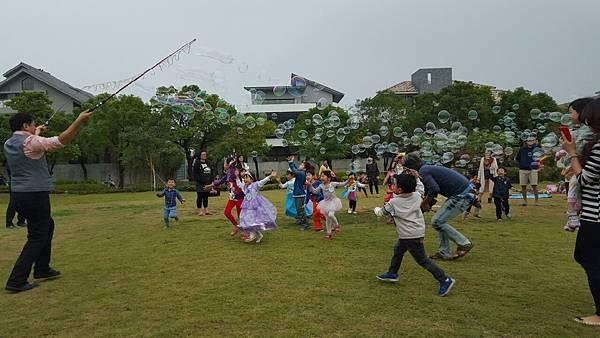 高雄小城聖誕派對魔術表演泡泡表演小丑氣球表演巧虎人偶小小兵人偶迎賓 (7).jpg