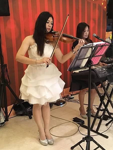 高雄中秋節樂團表演+魔術氣球表演+皮卡丘人偶迎賓+樂團+大型魔術道具 (7).JPG