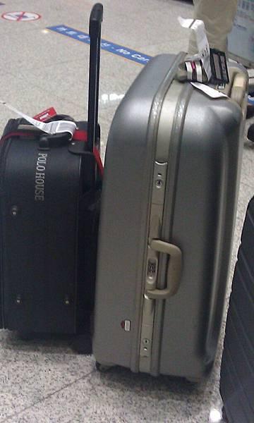 行李殼很重哩