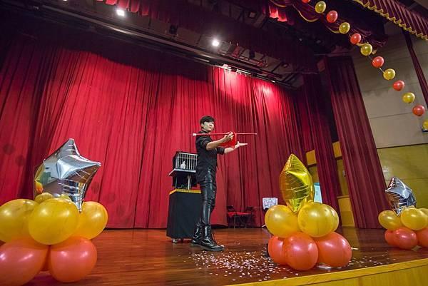 世華年終尾牙會場佈置、魔術表演、熱舞表演、活動主持、魔幻泡泡、迎賓小丑