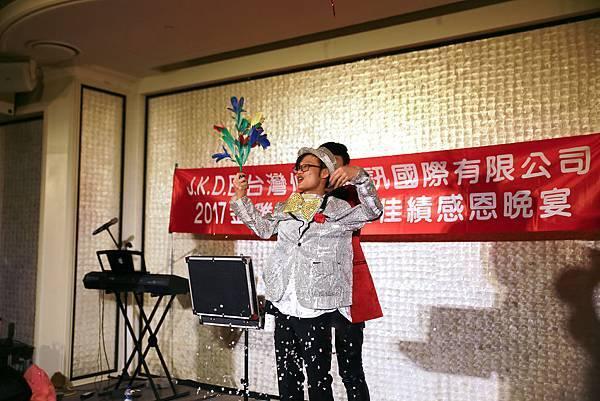 仲昌通訊尾牙魔術表演、三人樂團、行動雕像、會場佈置、川劇變臉