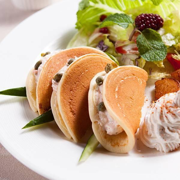鮭魚慕斯Pan Cakes & 薯塊佐鮮奶cheese