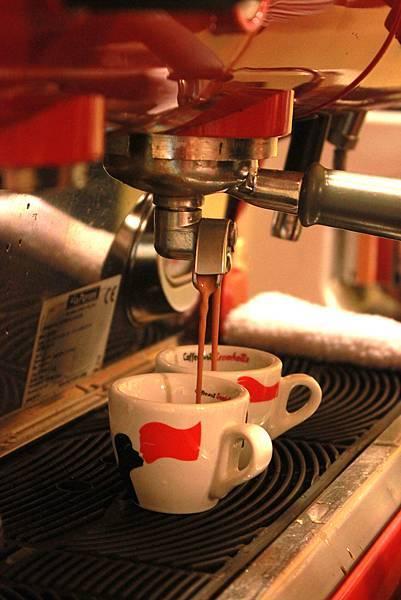 熱水經過咖啡餅萃取的精華