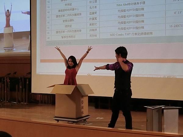 0110嘉義尾牙主持人+大型魔術表演+人入大氣球+猴王魔術 (26).JPG