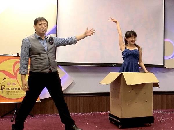 高雄尾牙春酒主持人+魔術表演+舞團熱舞+人入大氣球#中宇環保 (16).jpg