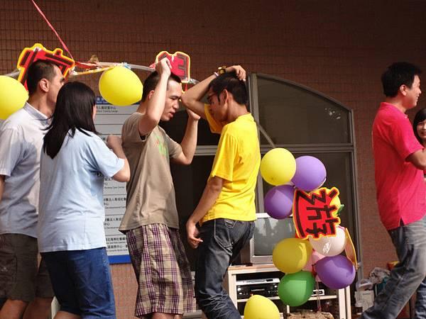 觀眾志工們開心跳舞.jpg