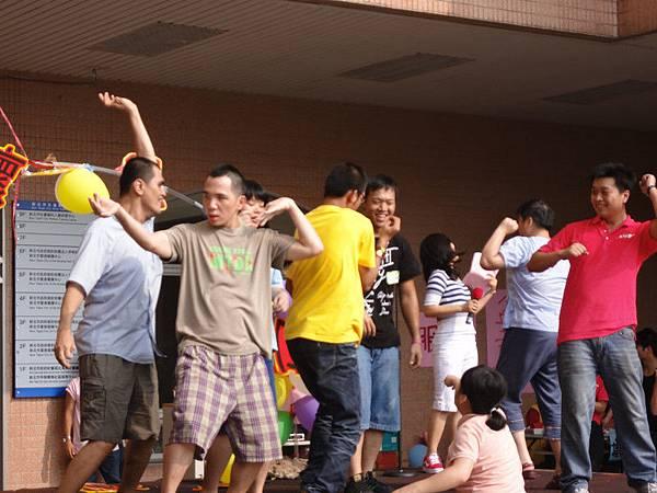 觀眾志工們開心跳舞 (1).jpg