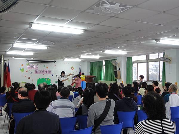 2011過港幼稚園重陽節兩百人魔術教學 (1).jpg