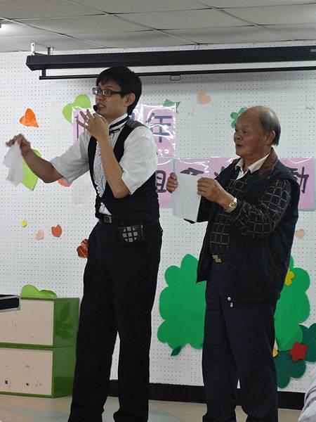 2011過港幼稚園重陽節兩百人魔術教學 (4).jpg