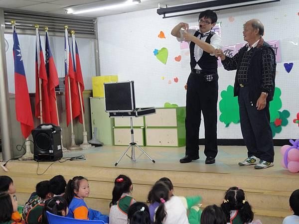 2011過港幼稚園重陽節兩百人魔術教學 (5).jpg