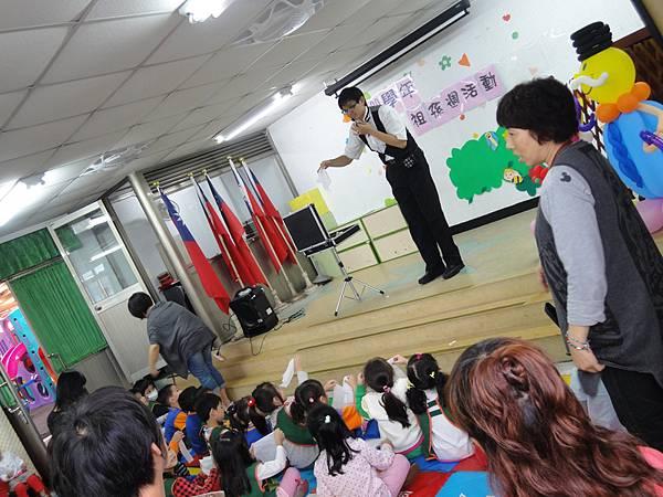 2011過港幼稚園重陽節兩百人魔術教學 (6).jpg