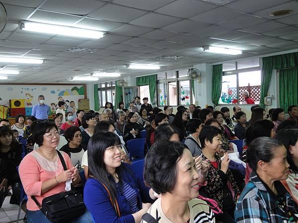 2011過港幼稚園重陽節兩百人魔術教學 (7).jpg