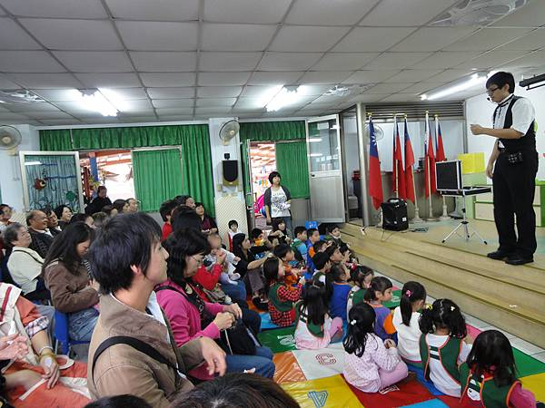 2011過港幼稚園重陽節兩百人魔術教學 (9).jpg