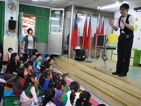 2011過港幼稚園重陽節兩百人魔術教學 (10).jpg