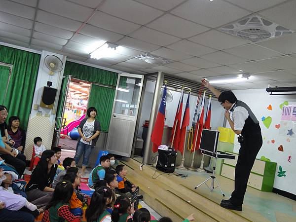 2011過港幼稚園重陽節兩百人魔術教學 (11).jpg