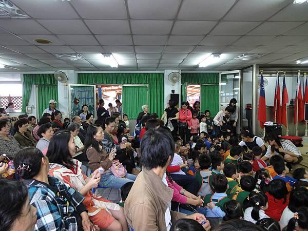 2011過港幼稚園重陽節兩百人魔術教學 (20).jpg