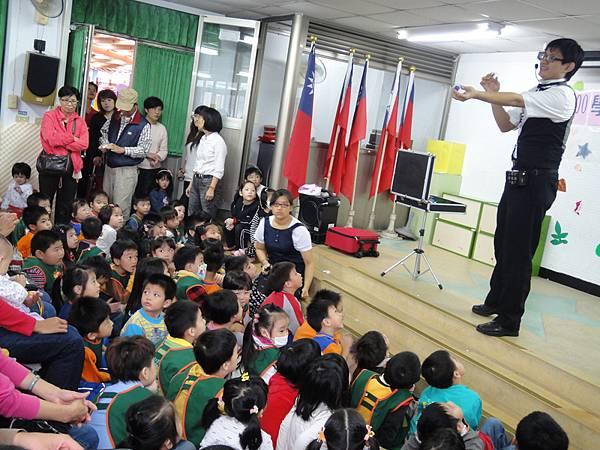 2011過港幼稚園重陽節兩百人魔術教學 (22).jpg