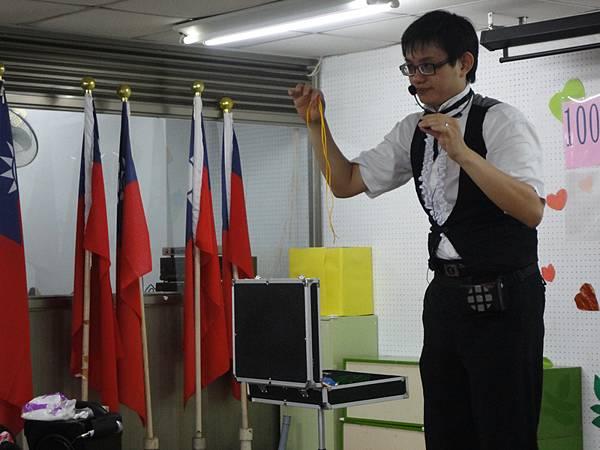2011過港幼稚園重陽節兩百人魔術教學 (23).jpg