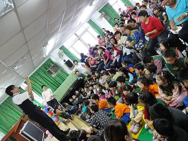 2011過港幼稚園重陽節兩百人魔術教學 (28).jpg