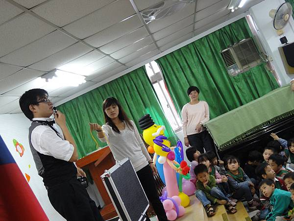 2011過港幼稚園重陽節兩百人魔術教學 (33).jpg