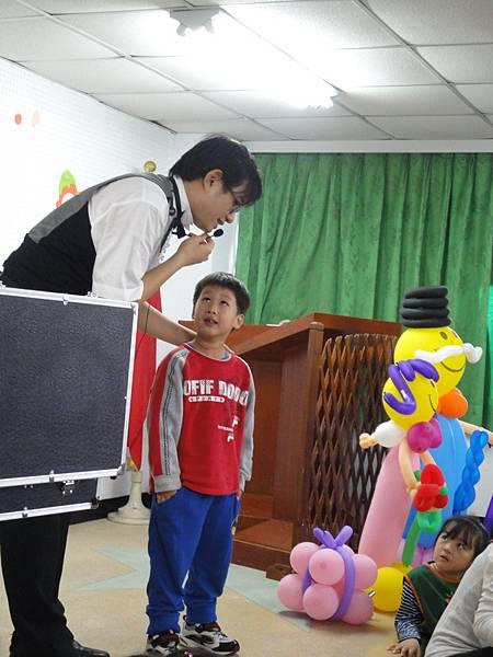 2011過港幼稚園重陽節兩百人魔術教學 (39).jpg