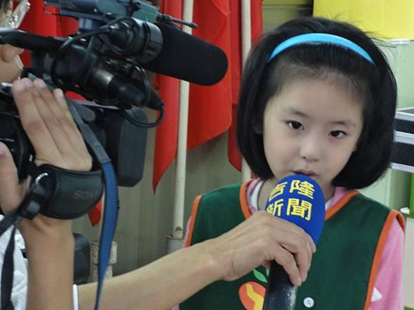 2011過港幼稚園重陽節兩百人魔術教學 (50).jpg