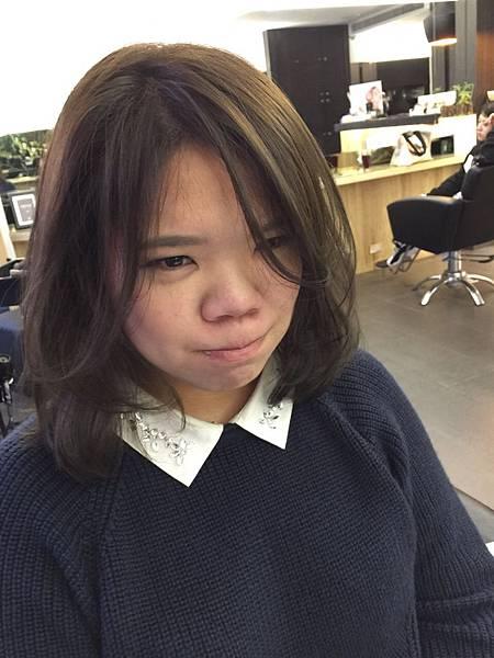 然後染髮前頭髮的明度是比染髮後高了有3度色左右,就是比較淺啦,小隆推薦染髮的顏色可以染深一點點,並不用擔心頭髮的明度會變的太深,太不顯眼,因為我們這次染髮是走冷棕色調,把染料加重一些些,頭髮的明度並不會壓的太重,所以並不用擔心頭髮的顏色會變太深,而且彩度壓深,色彩感覺又強烈,冷色調霧灰感才容易顯現,而且之前染髮上並沒有卡色的問題,所以這次的染髮才能讓顏色如此的乾淨又有紫灰霧感 小隆推薦染髮新概念