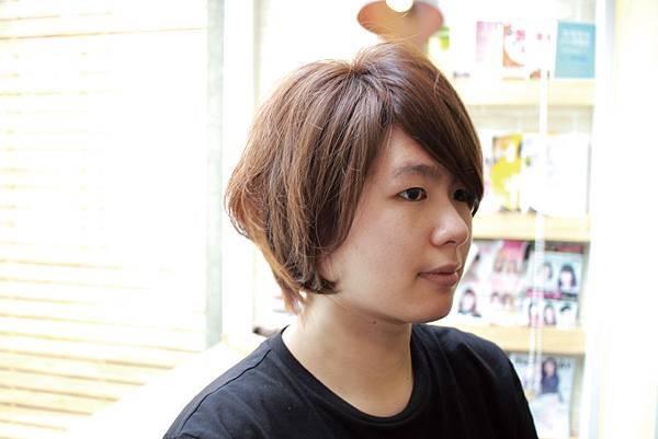 女性剪髮染髮