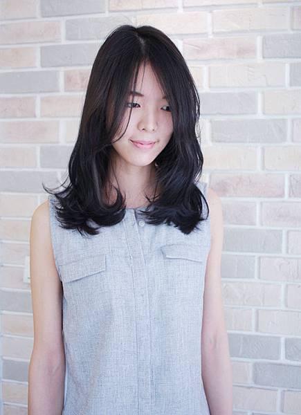 ~清新脫俗~般的染髮風格[墨黑綠色系染髮]台北東區魔髮小隆染髮分享推薦今夏流行髪色