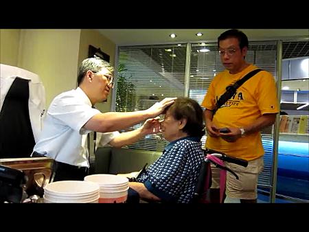 93歲林雪芳治療前坐輪椅