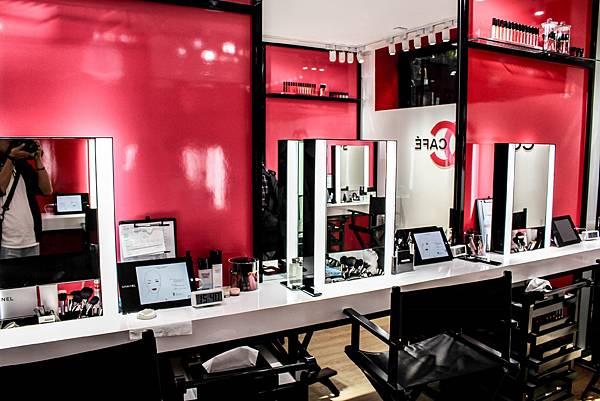 有分底妝、彩妝與指彩等體驗區  還有國際級化妝師在現場,任何彩妝相關問題都可詢問
