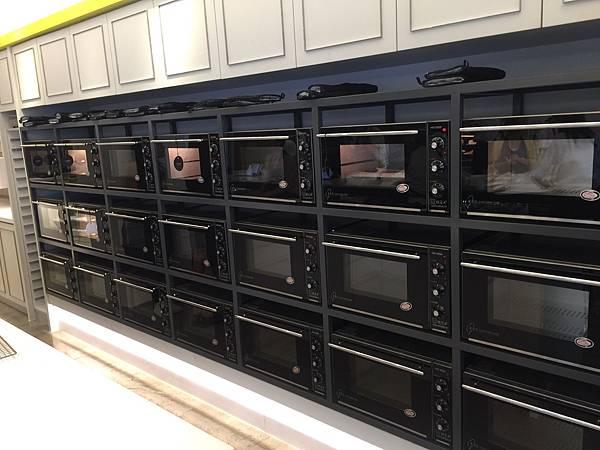 一整排的烤箱好壯觀阿