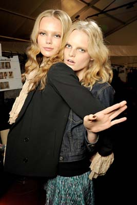 Anna Sui S/S 2011 : Frida Gustavsson & Hanne Gaby Odiele