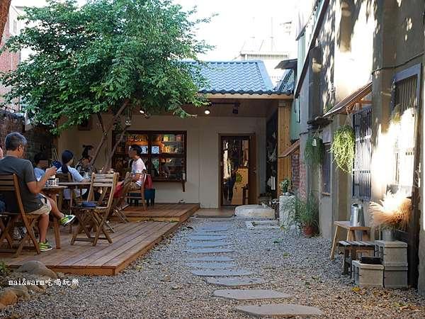 中壢|我們。 他們 咖啡廳老街溪河畔旁的老房子咖啡店大大的老樹影倒映在紅磚牆上,一塊一塊的石頭步道延伸到店家門口木棧板平台上的客人,好愜意桃園市中壢區長…