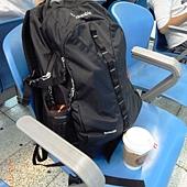 帶著一個大背包+一杯咖啡,我出發哩