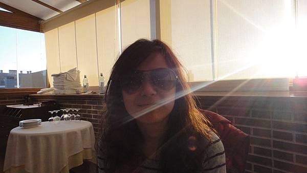 所以我要戴墨鏡吃早餐