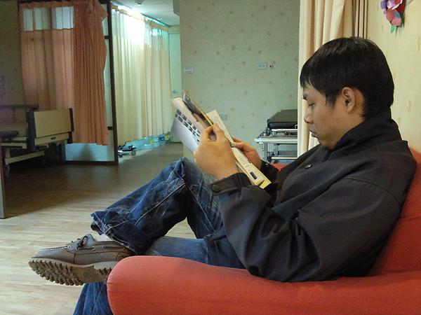 另一邊弟弟很悠哉ㄉ在看一周刊,反差真大柳