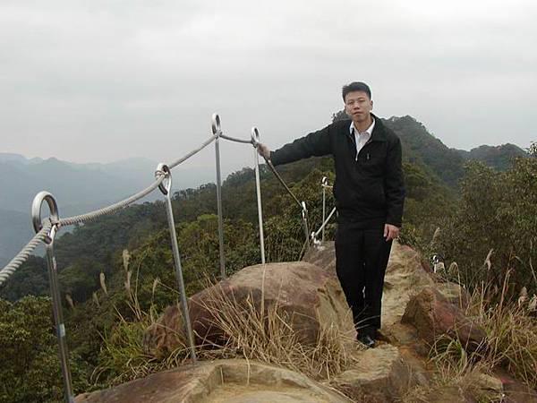 山頂的路很小、風很大,幸好一旁有圍杆