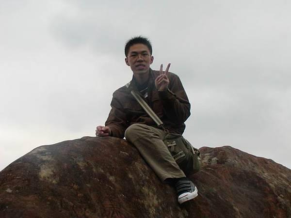 爬到一旁的大石頭上拍照,如果來個地震我就一起滾下山吧